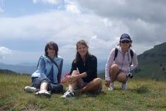 Randonneur de femmes en montagnes Photographie stock libre de droits