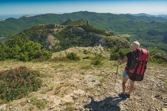 Randonneur de fille avec le sac à dos dans montagnes photos stock
