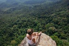 Randonneur de jeune dame s'asseyant sur une montagne image libre de droits
