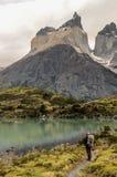 Randonneur de jeune femme sur la traînée en parc national de Torres del Paine, Chili Trekker observant le paysage de montagne au  images libres de droits