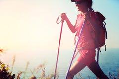 Randonneur de jeune femme trimardant sur la montagne de bord de la mer Photographie stock