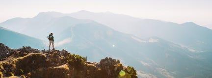 Randonneur de montagne avec le séjour minuscule de figurine de sac à dos sur la crête de montagne avec le beau panorama photos libres de droits