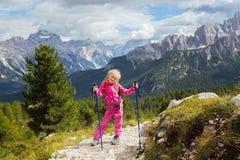 Randonneur de petite fille sur un chemin Photographie stock libre de droits