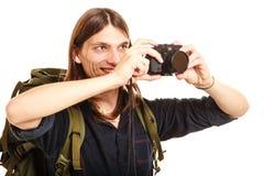 Randonneur de touristes d'homme prenant la photo avec l'appareil-photo Photo stock