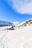 Randonneur devant la hutte en bois de montagne dans la saison d'hiver Photos libres de droits