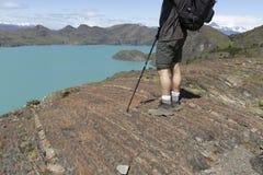 Randonneur donnant sur Sapphire Lake en Torres del Paine, Chili Image stock
