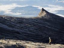 Randonneur en haut du mont Kinabalu dans Sabah, Malaisie Image stock
