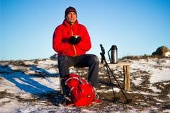 Randonneur en montagnes d'hiver snowshoeing Photos libres de droits