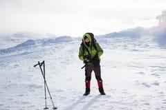 Randonneur en montagnes d'hiver snowshoeing Photo libre de droits