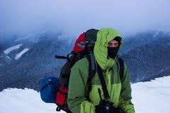 Randonneur en montagnes d'hiver snowshoeing Image libre de droits