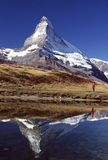 Randonneur et réflexion de Matterhorn Photographie stock libre de droits