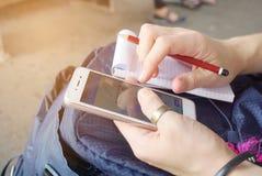 Randonneur examinant la carte sur le plan futé de téléphone pour assurer le voyage Images libres de droits