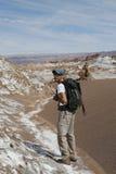 Randonneur explorant la vallée de lune dans le désert d'Atacama, Chili Image stock