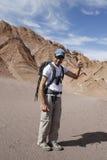 Randonneur explorant la vallée de lune dans le désert d'Atacama, Chili Images stock