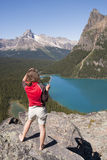 Randonneur féminin à l'ohara de lac images stock