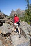 Randonneur féminin à l'ohara de lac photos stock