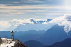 Randonneur féminin anonyme avec les bras augmentés devant un beau paysage de montagne Dolomites l'Italie photos libres de droits