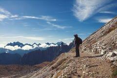 Randonneur féminin anonyme devant un beau paysage de montagne Dolomites l'Italie images libres de droits