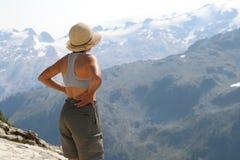 Randonneur féminin au-dessus de vallée de Callaghan image libre de droits