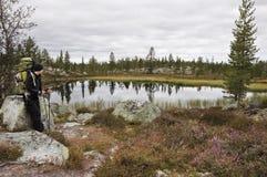 Randonneur féminin dans la région sauvage de la Norvège Image stock