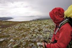 Randonneur féminin dans la région sauvage de la Norvège Photographie stock