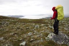 Randonneur féminin dans la région sauvage de la Norvège Photo stock