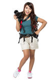 Randonneur féminin partant en vacances avec le sac à dos et l'appareil-photo Photographie stock libre de droits