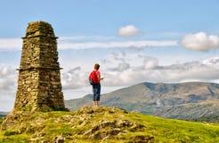 Randonneur féminin sur le sommet de montagne Image stock