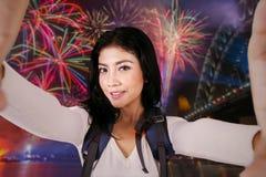 Randonneur féminin prenant le selfie en partie de feux d'artifice Photo stock