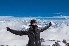 Randonneur heureux dans les montagnes image libre de droits