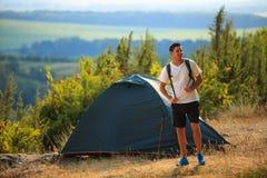 Randonneur heureux de jeune homme en montagnes d'un été Image libre de droits