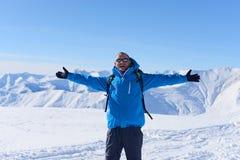 Randonneur heureux en hiver Photographie stock