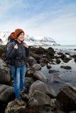 Randonneur indépendant de femme sur l'aventure de trekking Photo stock