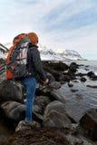Randonneur indépendant de femme sur l'aventure de trekking Image stock