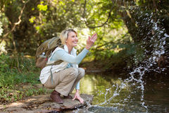 Randonneur jouant l'eau de ruisseau Photos libres de droits