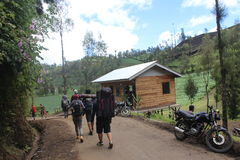 Randonneur marchant aux montagnes de Semeru photographie stock libre de droits