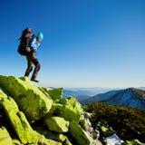 Randonneur marchant en montagnes d'automne Photos stock