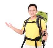 Randonneur masculin avec la présentation de sac à dos Photos libres de droits