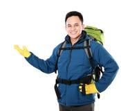 Randonneur masculin avec la présentation de sac à dos Photo libre de droits