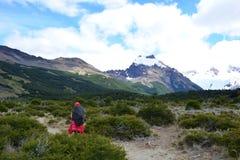 Randonneur non identifié de femme à l'intérieur du parc national de visibilité directe Glaciares, EL Chaltén, Argentine Photos stock