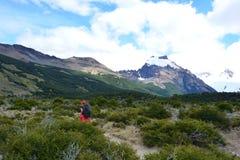 Randonneur non identifié de femme à l'intérieur du parc national de visibilité directe Glaciares, EL Chaltén, Argentine Photographie stock libre de droits