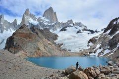 Randonneur non identifié regardant la crête de Fitz Roy en parc national de visibilité directe Glaciares, EL Chaltén, Argentine Photos libres de droits