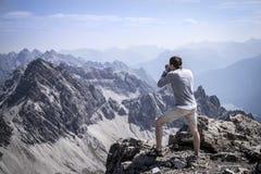 Randonneur photographiant sur le sommet des Alpes d'Allgau Photo stock