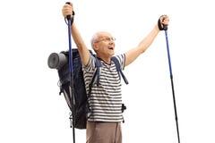 Randonneur plus âgé comblé faisant des gestes le bonheur images libres de droits