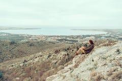 Randonneur se reposant au-dessus de la mer de baie Photos libres de droits
