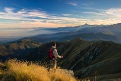 Randonneur se reposant sur le dessus de montagne images libres de droits