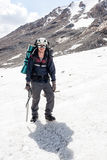 Randonneur se tenant dans des crampons aux montagnes, Tien Shan, Kirghizistan Photos libres de droits