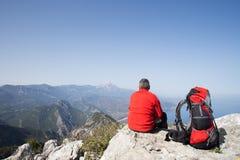 Randonneur se tenant sur la montagne avec la vallée sur le fond Image libre de droits