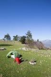 Randonneur se tenant sur la montagne avec la vallée sur le fond Photos stock