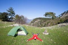 Randonneur se tenant sur la montagne avec la vallée sur le fond Images libres de droits